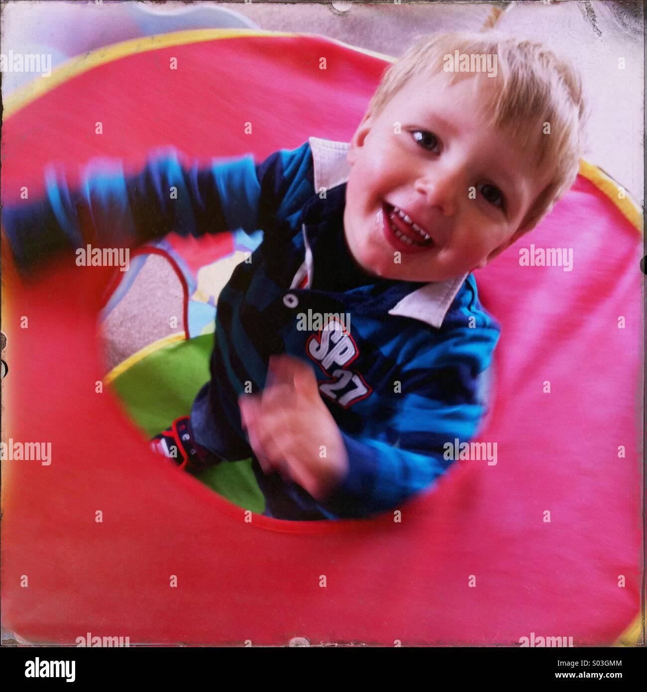 Jeune garçon à l'intérieur dans une petite tente. Boy est d'environ deux ans. Photo Stock