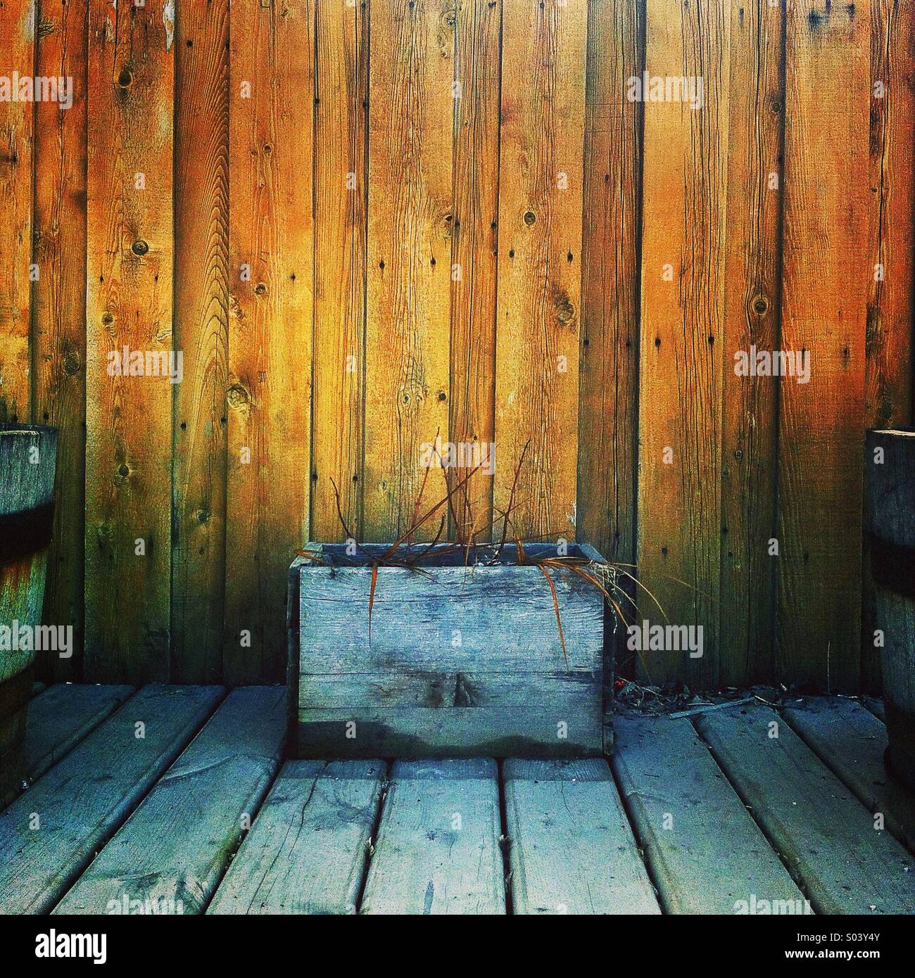 Semoir en bois en face de la clôture Photo Stock