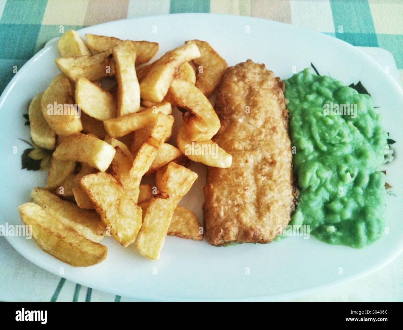 Poisson, frites et petits pois Photo Stock