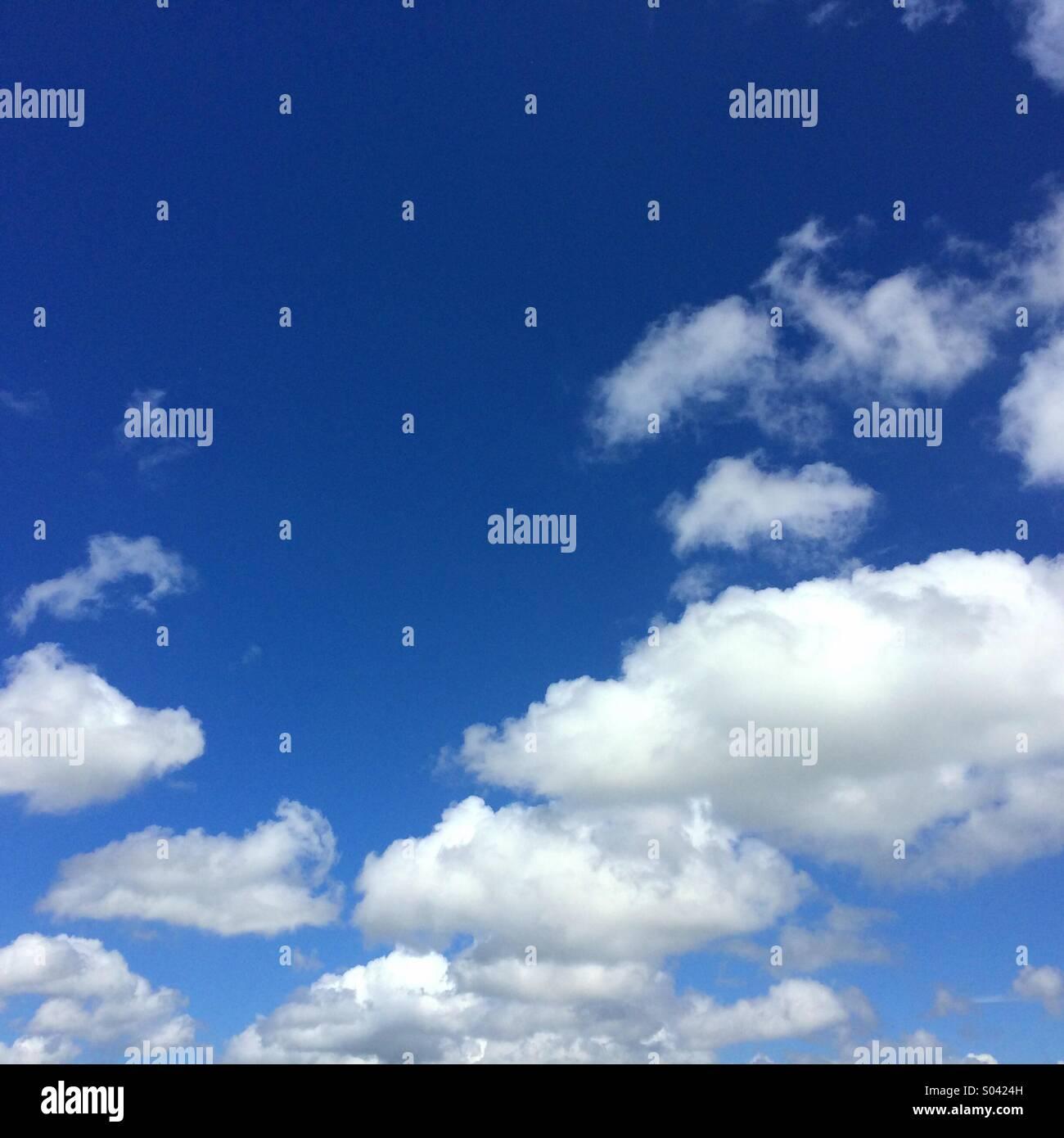 Ciel bleu et nuages blancs moelleux peut être utilisé pour le fond avec l'espace pour le texte Photo Stock