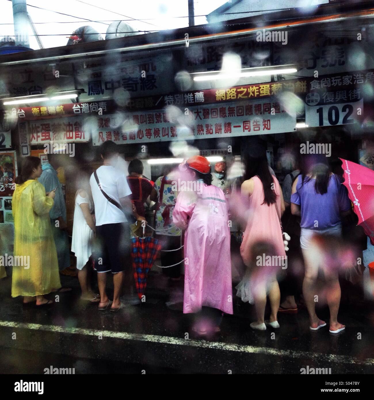 Marché de nuit pluvieuse scène. Banque D'Images