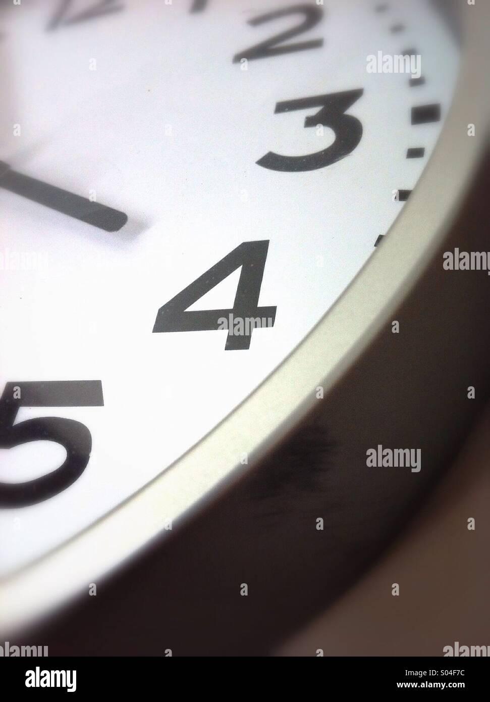 Numéro 4 sur l'horloge. Photo Stock