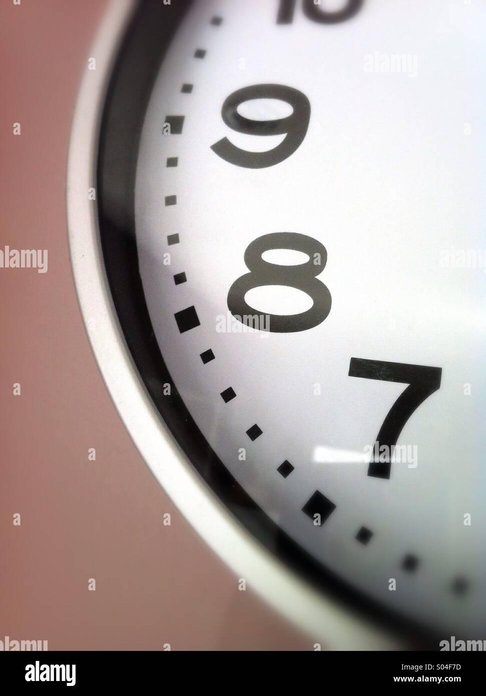 Les numéros 7, 8, 9 sur l'horloge Photo Stock