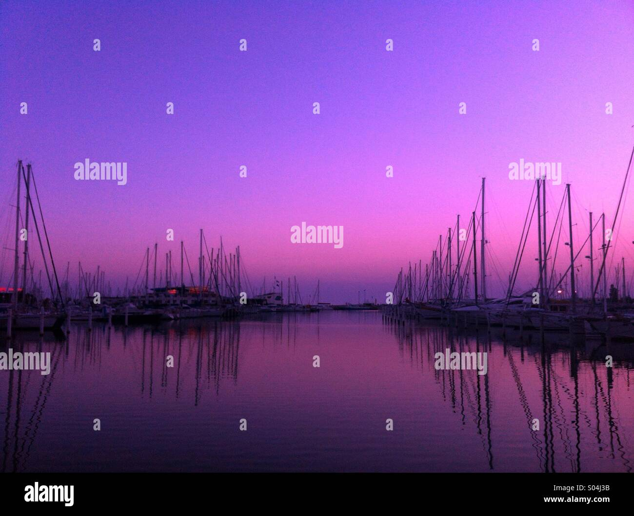 Violet spectaculaire lever du soleil, La Grande Motte, France Photo Stock