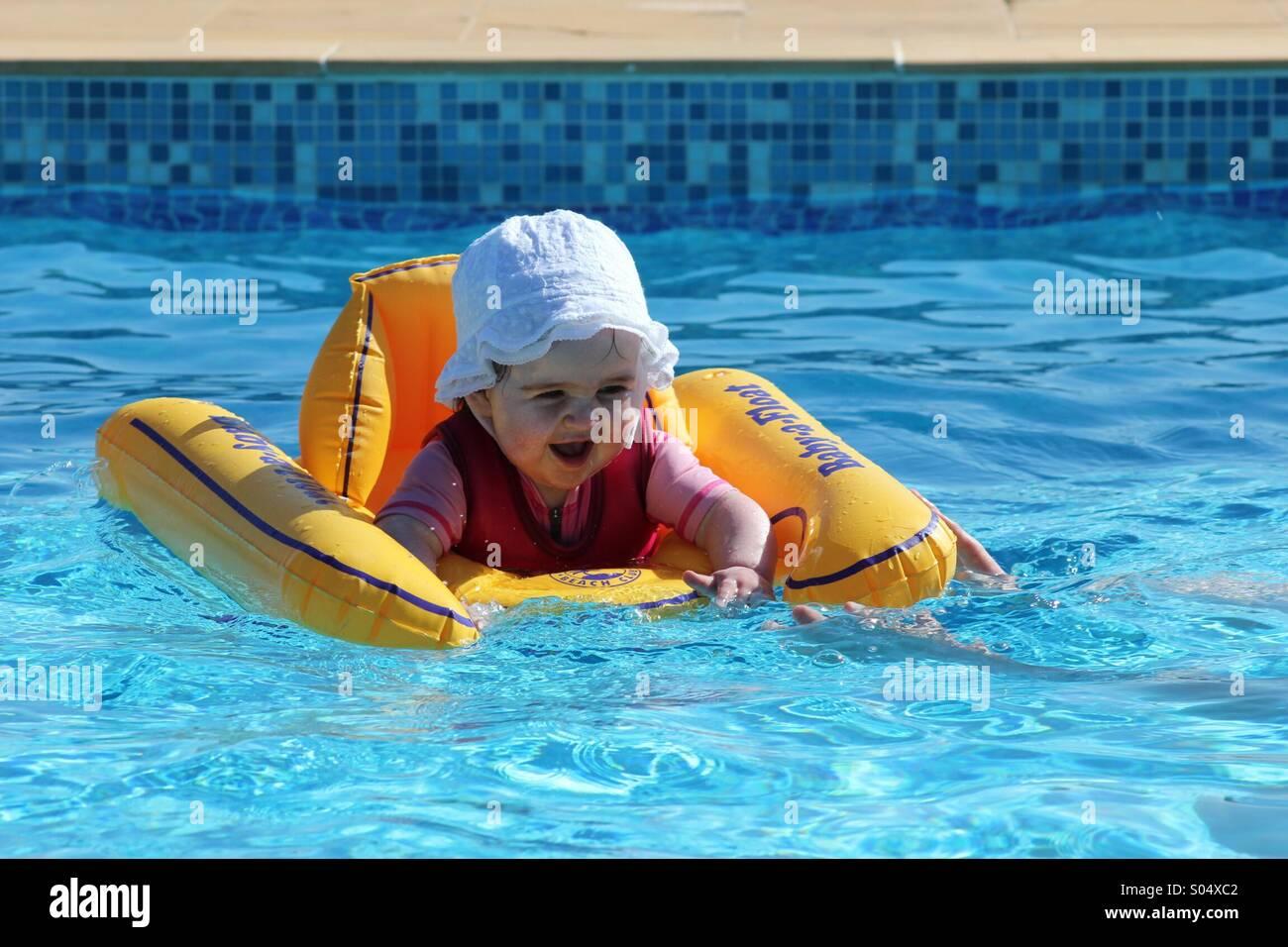 Enfant jouant dans la piscine Photo Stock