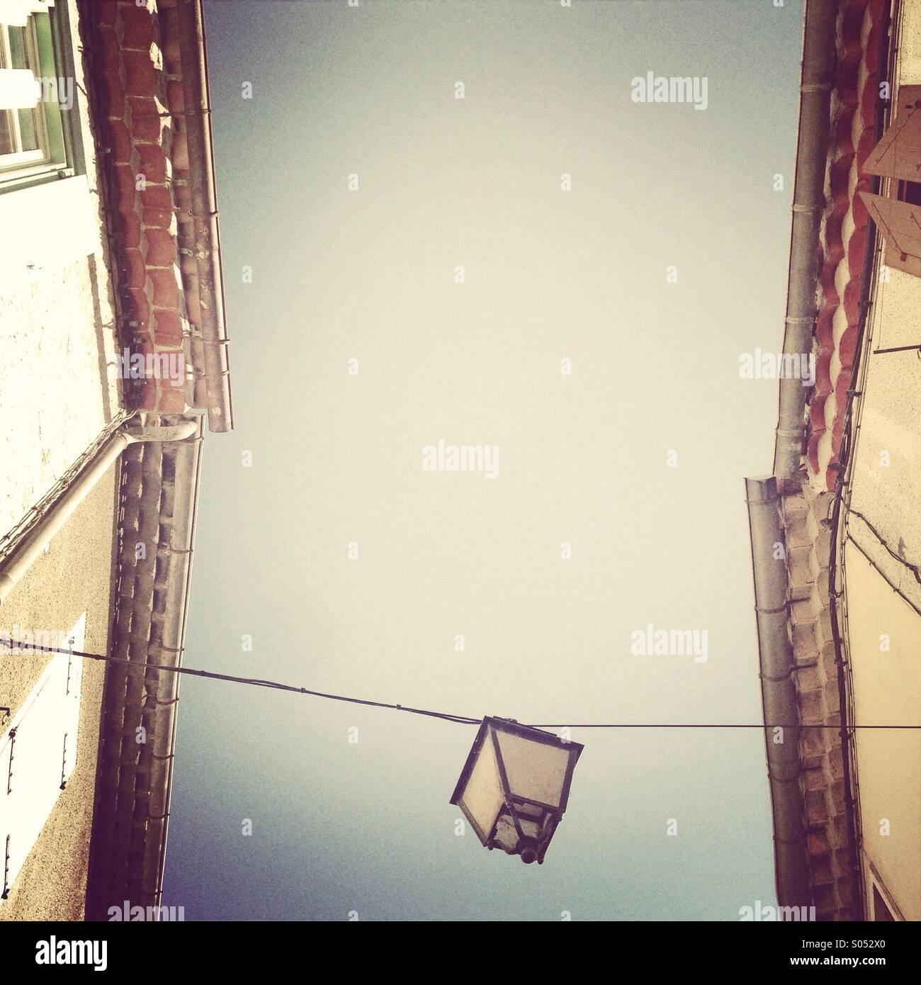 Recherche d'une lanterne à la lumière de la rue entre deux immeubles Photo Stock