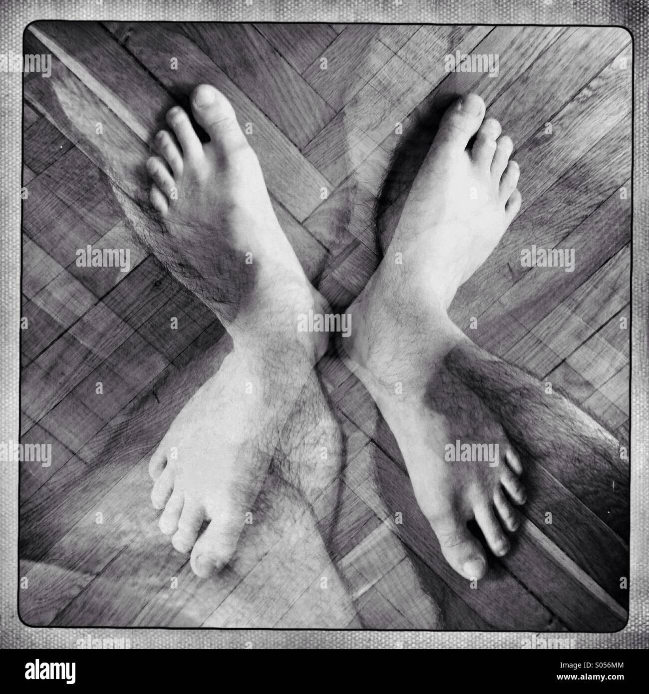 Une paire de pieds est vu dans une double exposition. Photo Stock