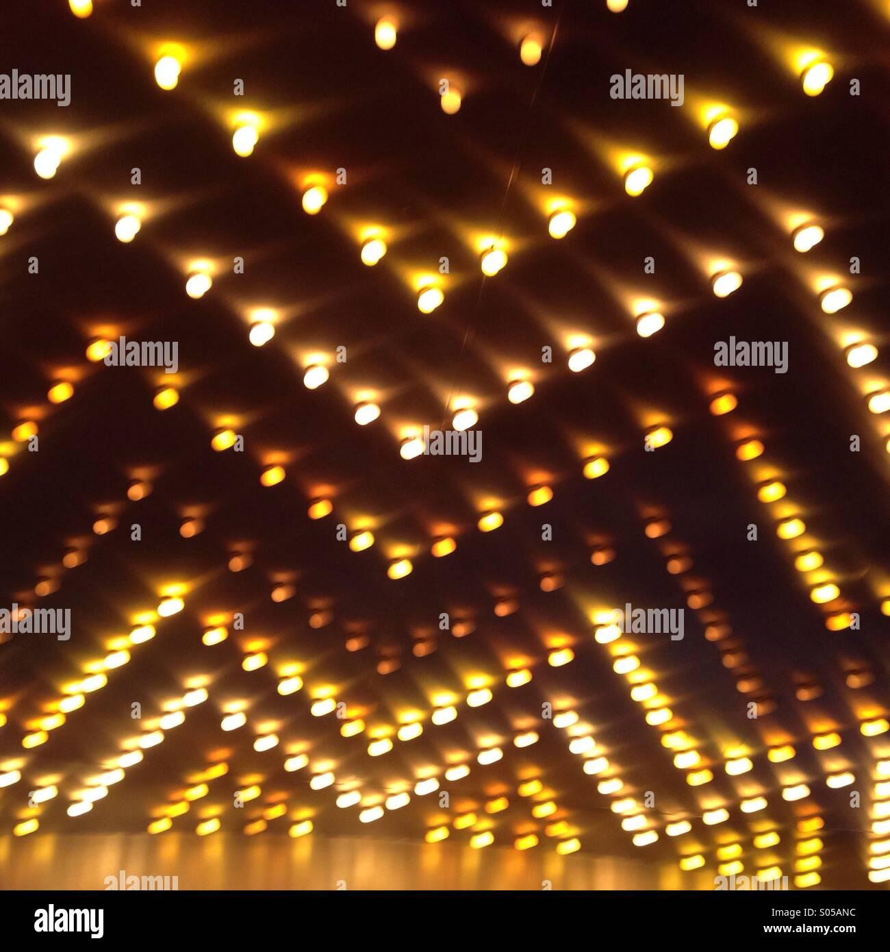 Motif en zig-zag de feux jaunes sur un chapiteau de théâtre Photo Stock