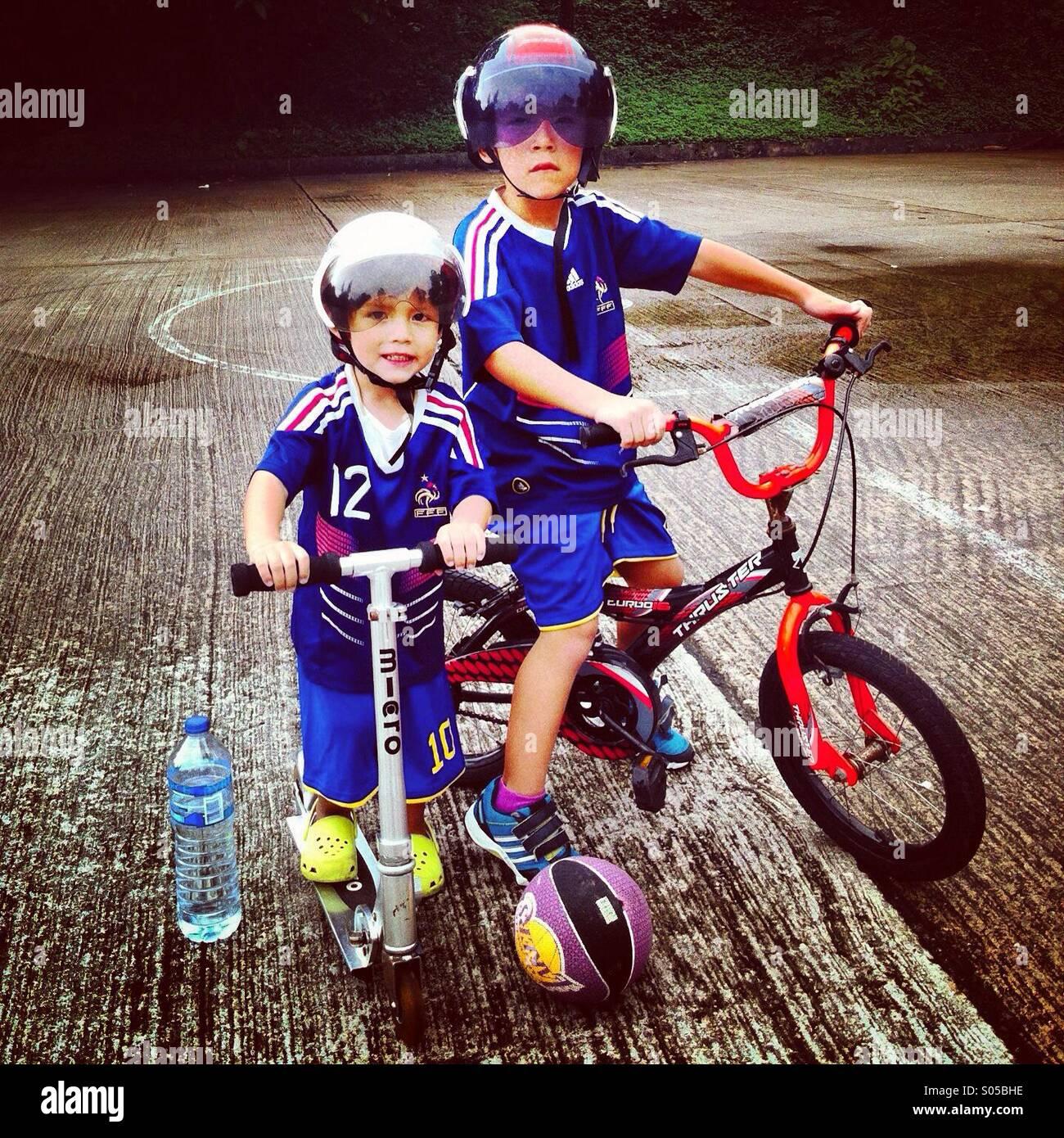 9a8c0eaadfca9 C est une photo de deux frères qui portent des vêtements bleu et prétendre  être des policiers en action