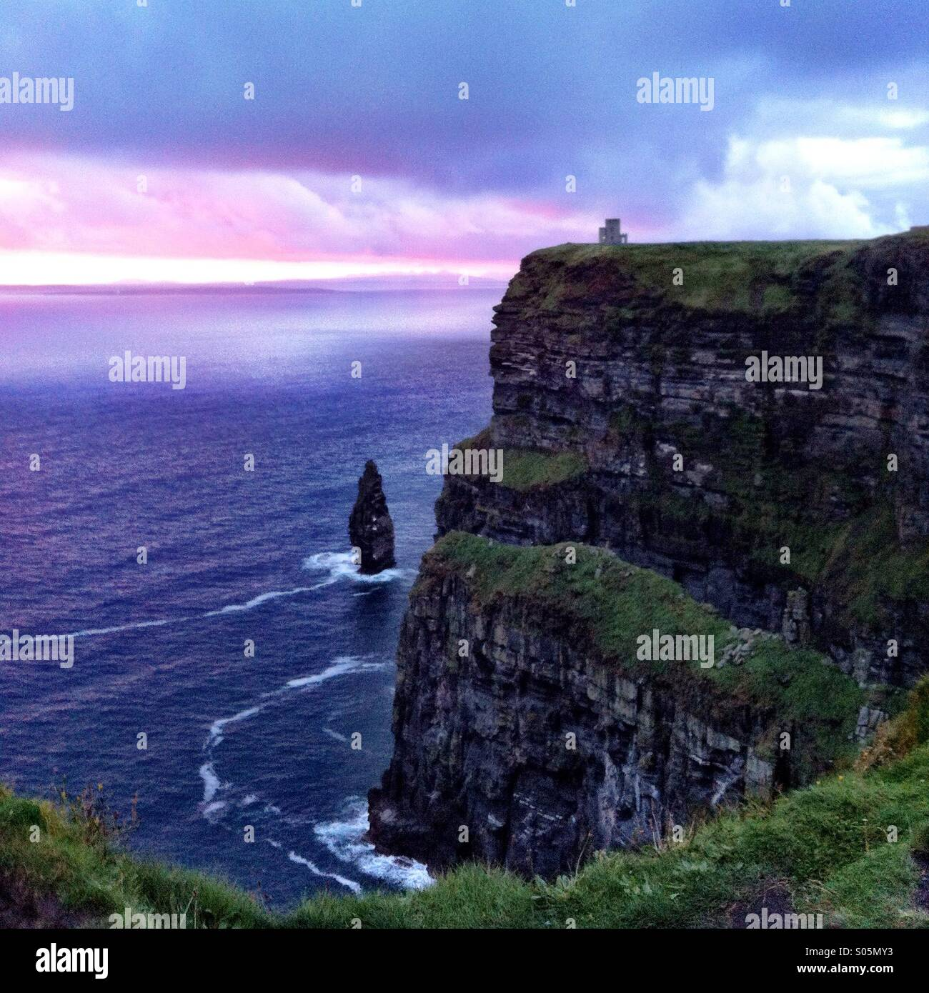 Les falaises de Moher au coucher du soleil. Le comté de Clare, Irlande. Photo Stock