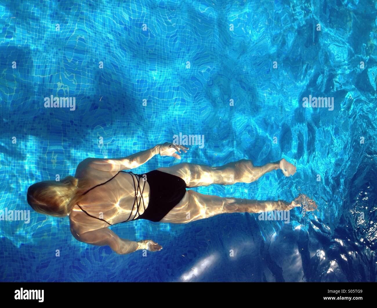 Woman swimming in pool Photo Stock