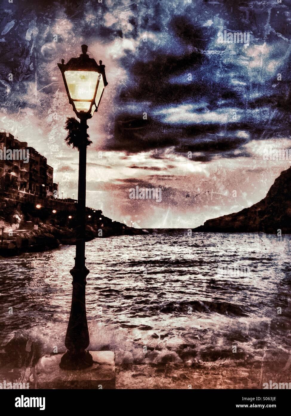 Petit port de nuit avec une mer agitée Photo Stock