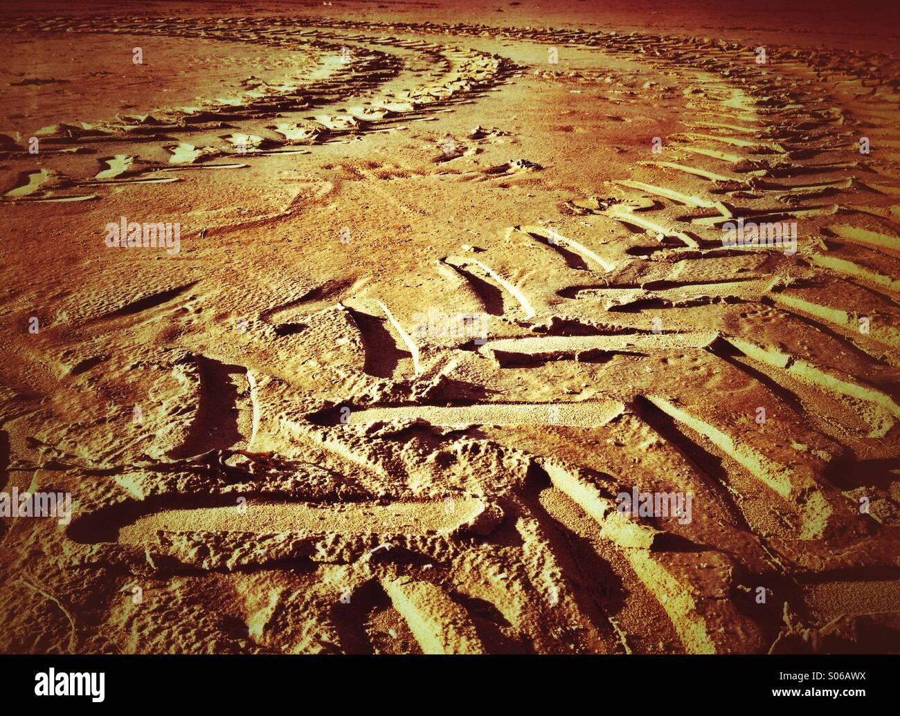 Les courbes dans le sable des pistes du tracteur Photo Stock