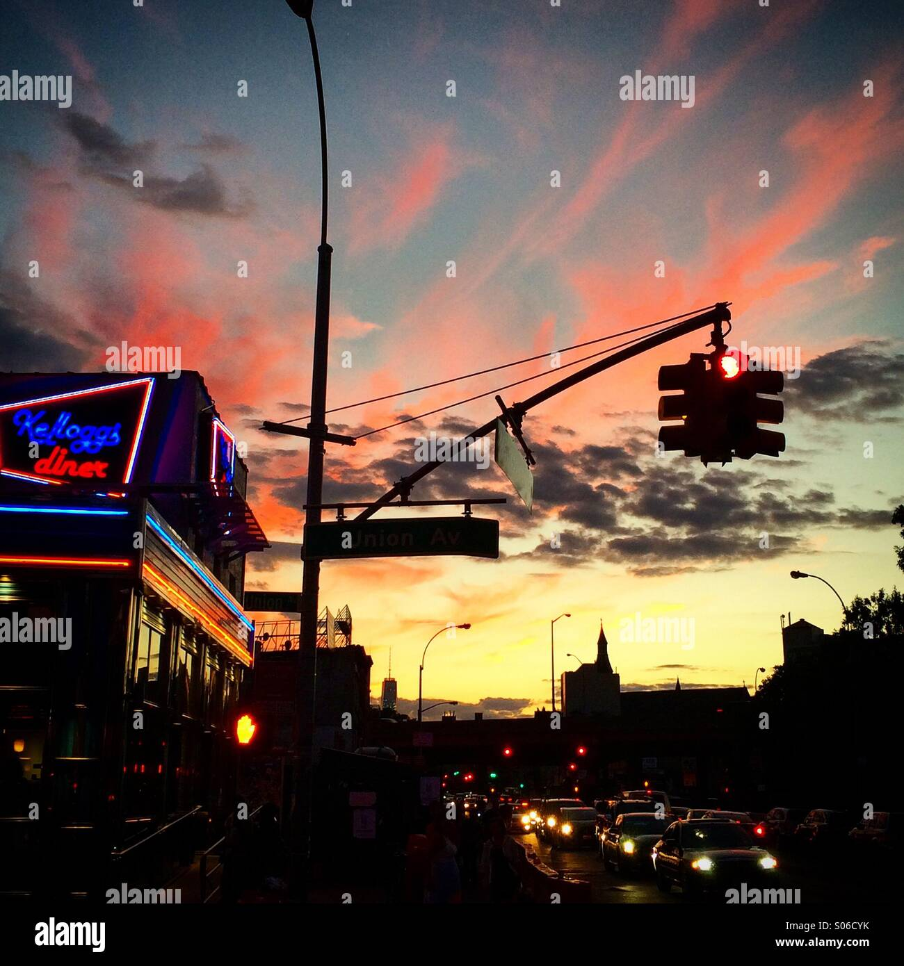 Coucher du soleil, le Metropolitan Avenue à Williamsburg, Brooklyn, New York. Photo Stock