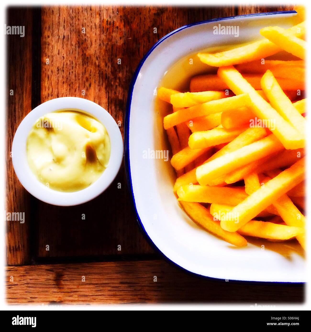 Une assiette de frites avec une sauce trempette Photo Stock