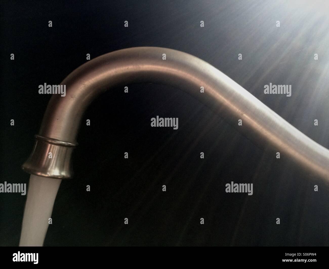 Robinet de cuisine verser de l'eau Banque D'Images