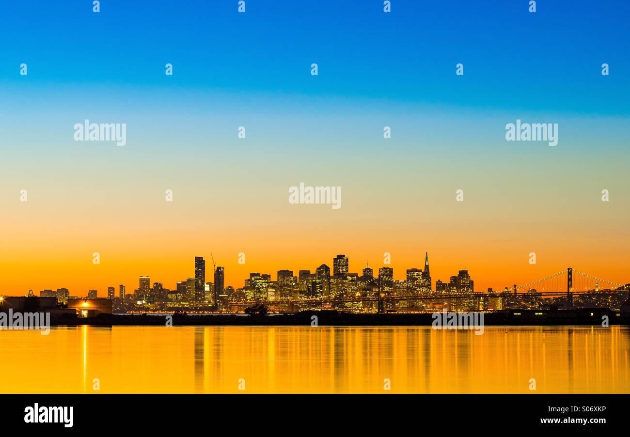 Horizon de San Francisco. Coucher de soleil coloré. Photo Stock