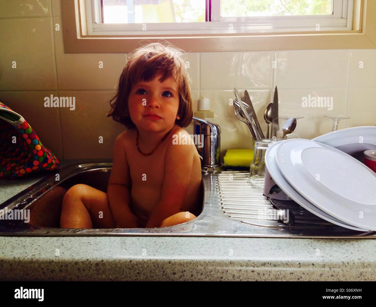 L'heure du bain dans l'évier de cuisine Photo Stock