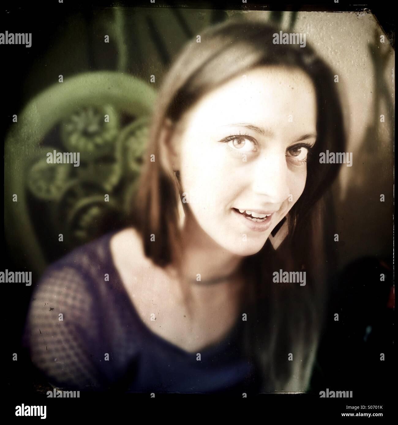 Une jeune femme sourit Banque D'Images