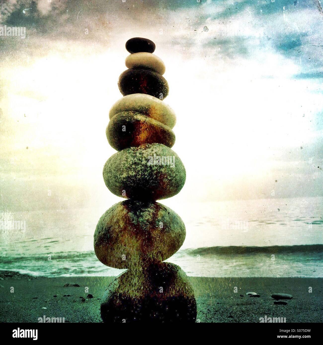 Un tas de pierres équilibré sur une plage Photo Stock