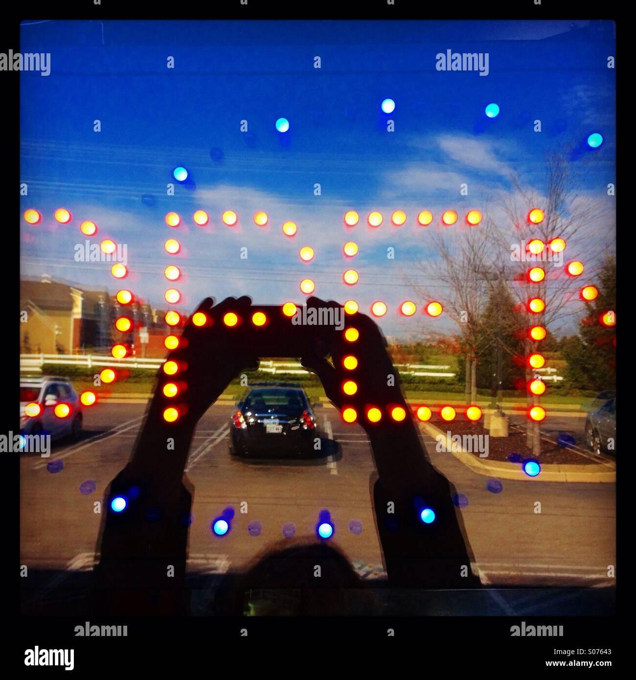 Selfies ouvert. Ouvert aux affaires de la signalisation. Ouvrir la composition. La couleur. Photo Stock
