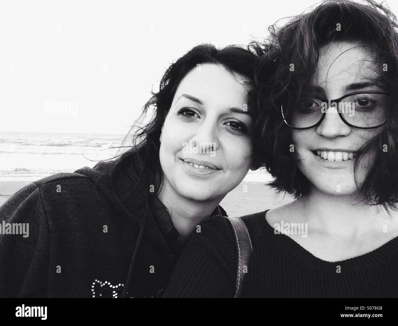 Deux femmes de selfies smiling sur une plage à Rimjni, Italie Photo Stock
