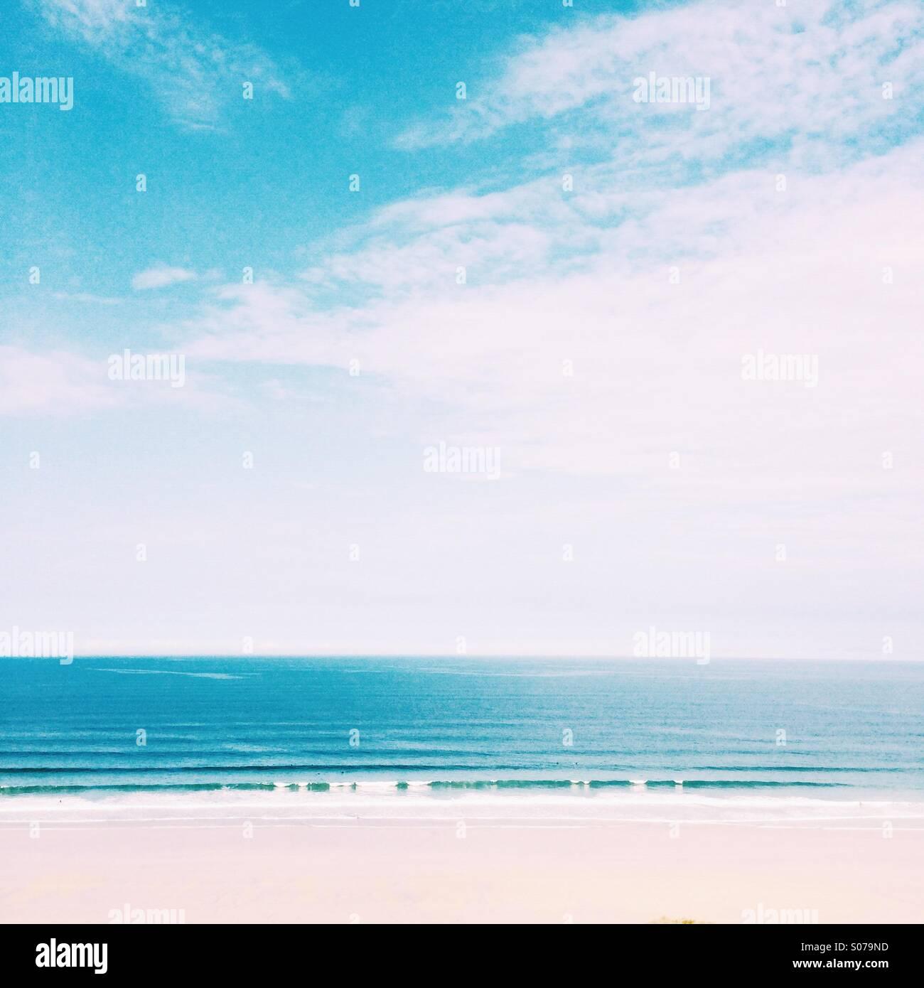 Rouler dans les vagues de la plage en été Photo Stock