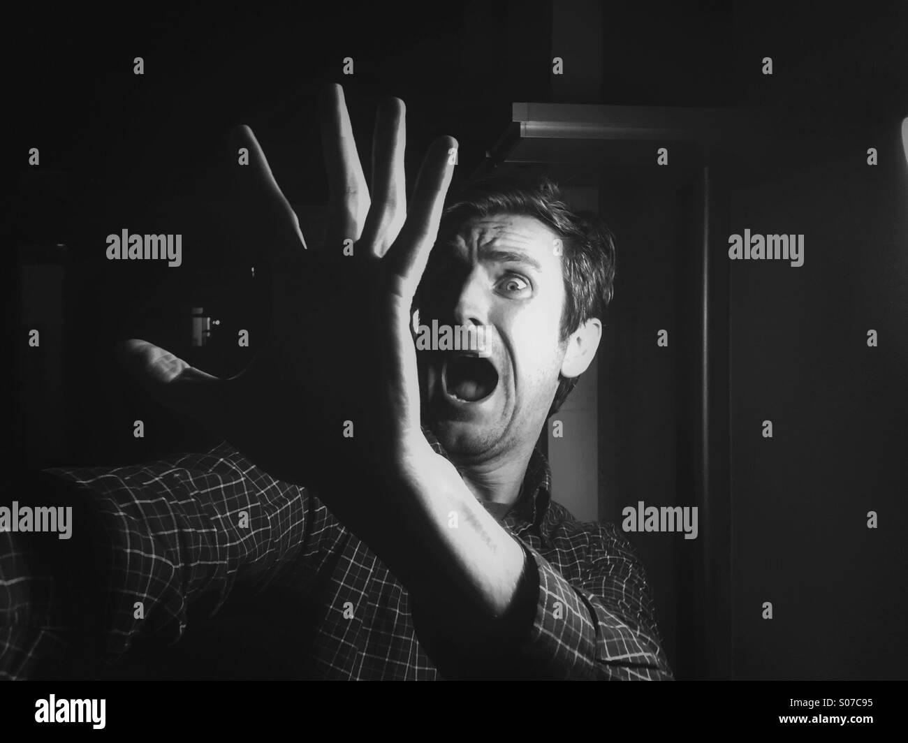Scream Halloween, l'homme effrayé de quelque chose Photo Stock