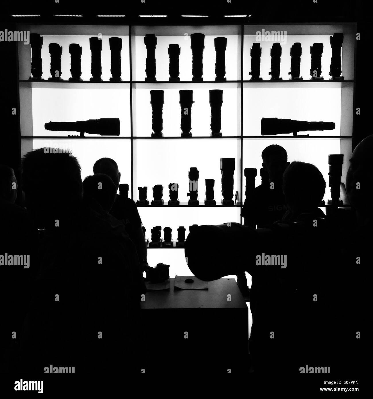 Salon de la photographie. Stockholm, Suède. Les lentilles en arrière-plan. Silhouettes Banque D'Images