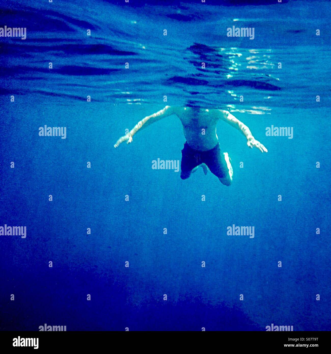 Attaque de requin! Un homme natation vue sous l'eau Photo Stock