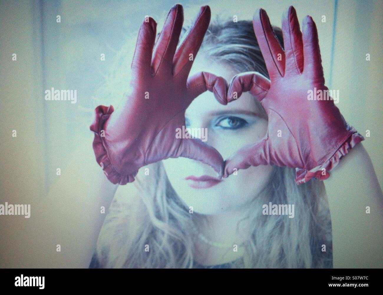 Fille avec des gants en cuir rouge Photo Stock