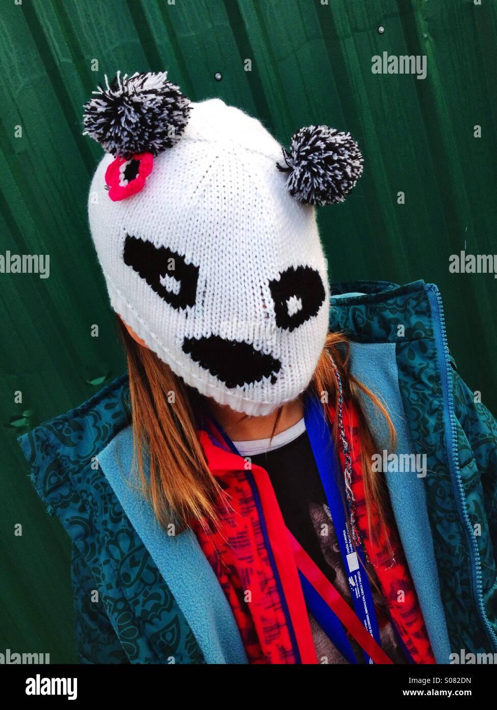 Tricot enfant portant un masque de panda. Photo Stock