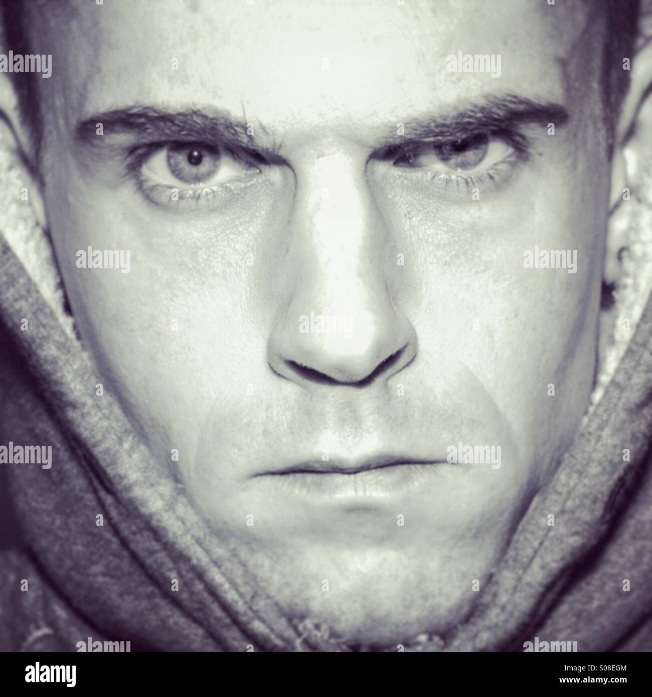 Malheureux homme moody portrait, visage en remplissant le cadre Photo Stock