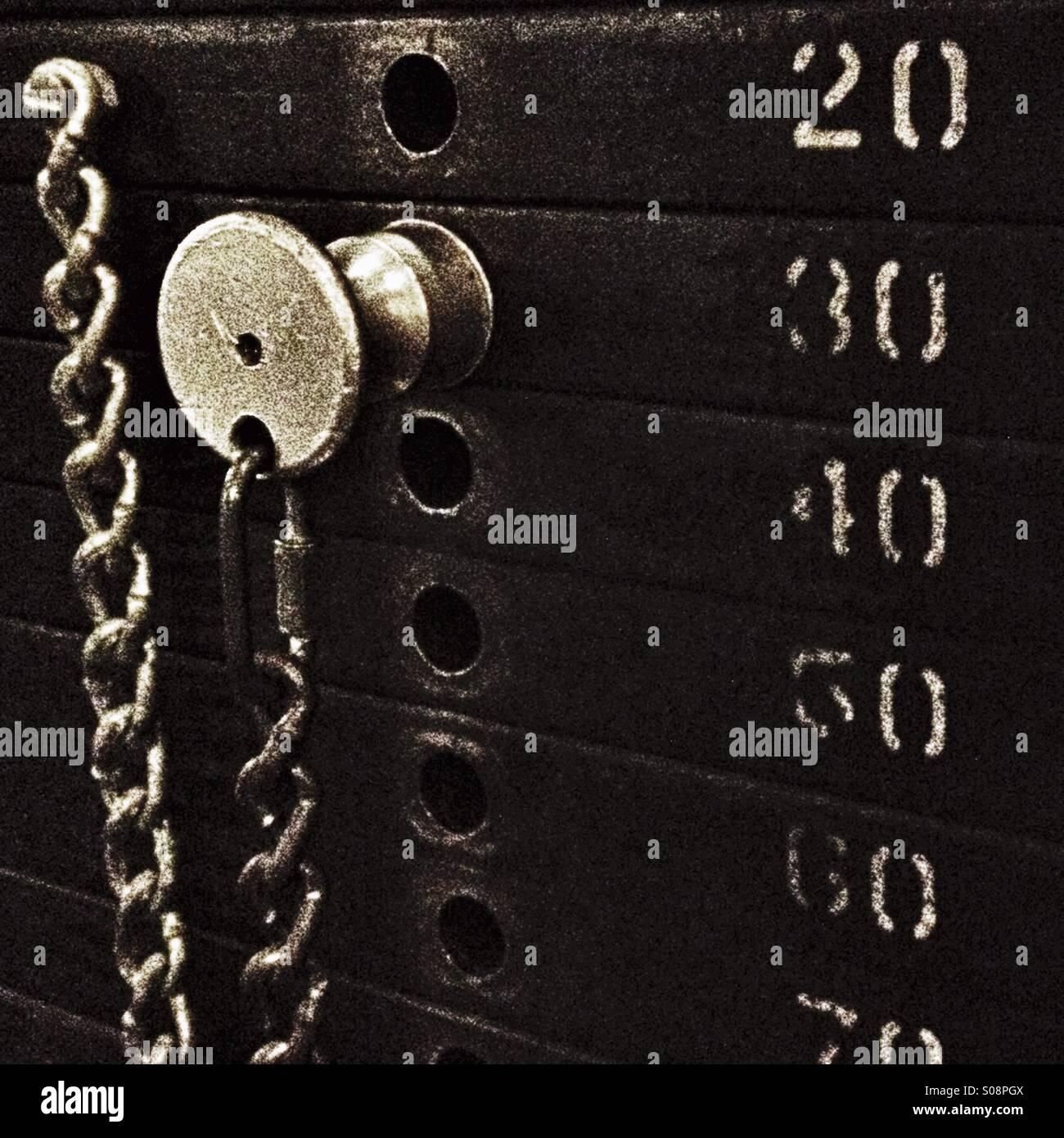 Une pile de poids dans la salle de sport. Photo Stock