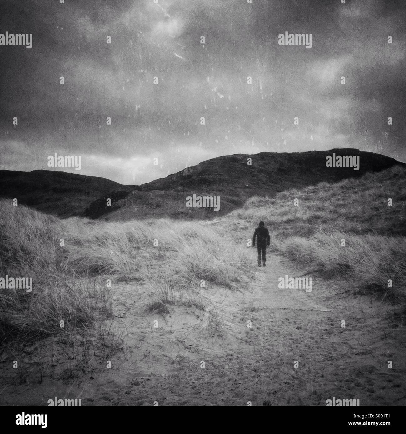 Personne qui marche sur les dunes Photo Stock