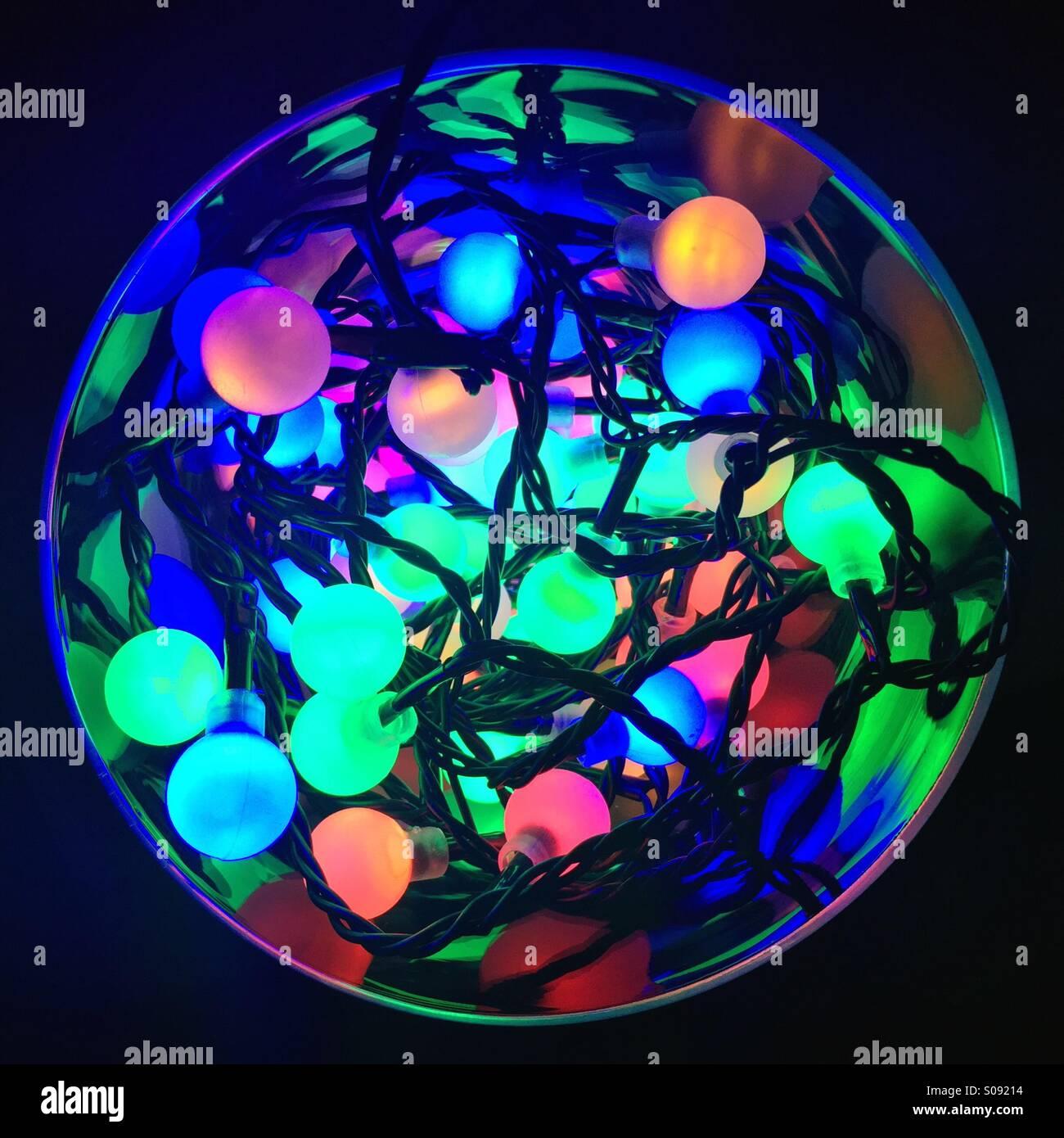 Couleur de fête des lumières dans un bol en verre Photo Stock