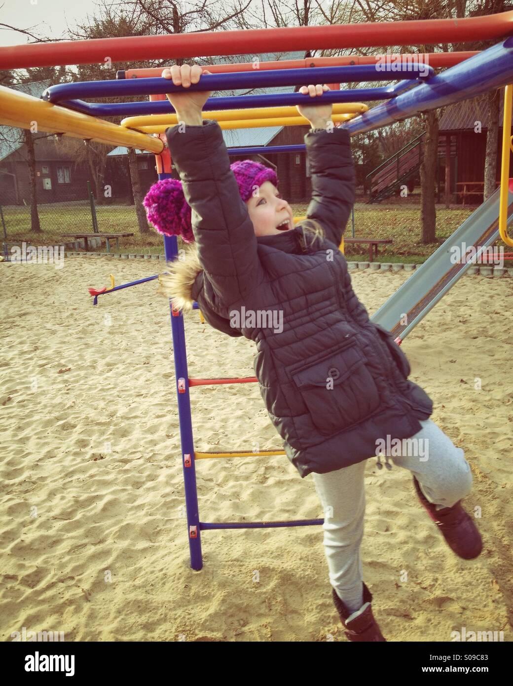 Enfant à l'aire de jeux Photo Stock