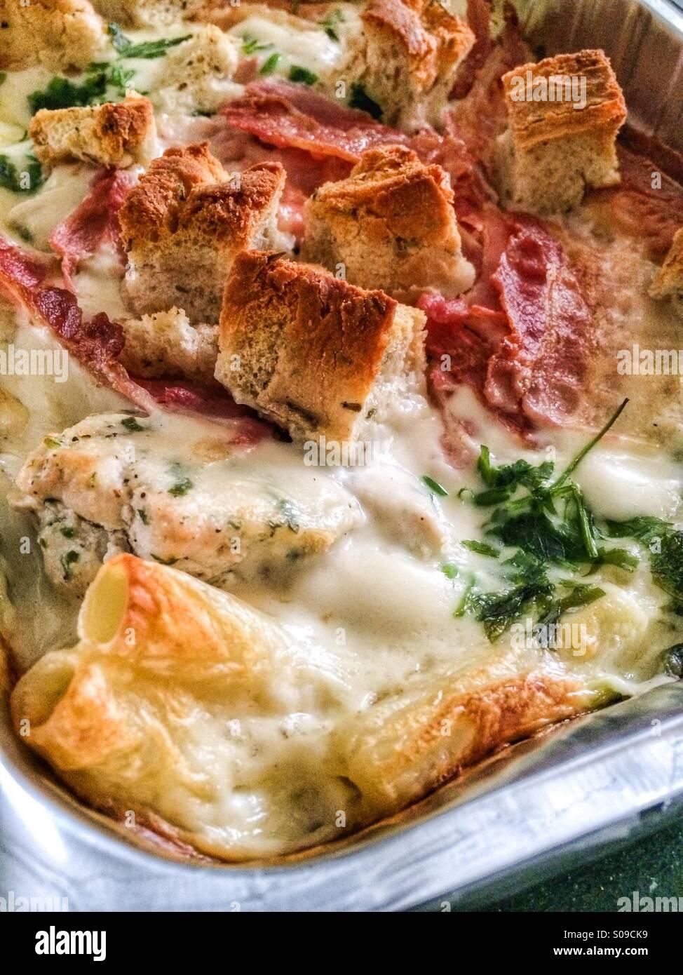 Faire cuire les pâtes au poulet et bacon surmontée de romarin et pain focaccia Photo Stock