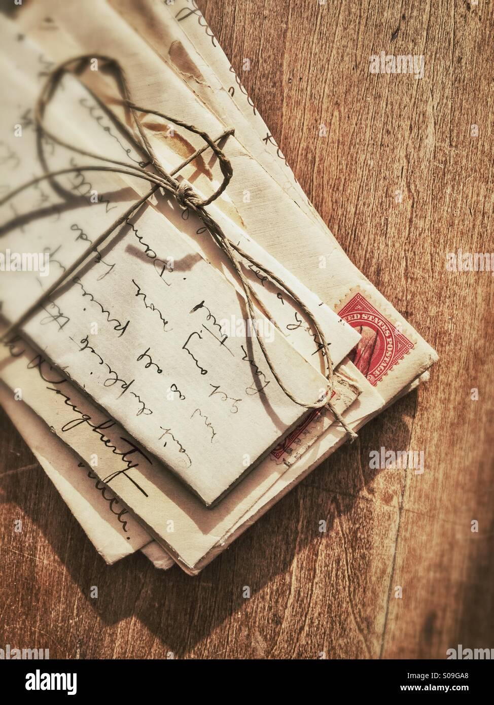 Vieilles lettres attachées avec de la ficelle. Photo Stock