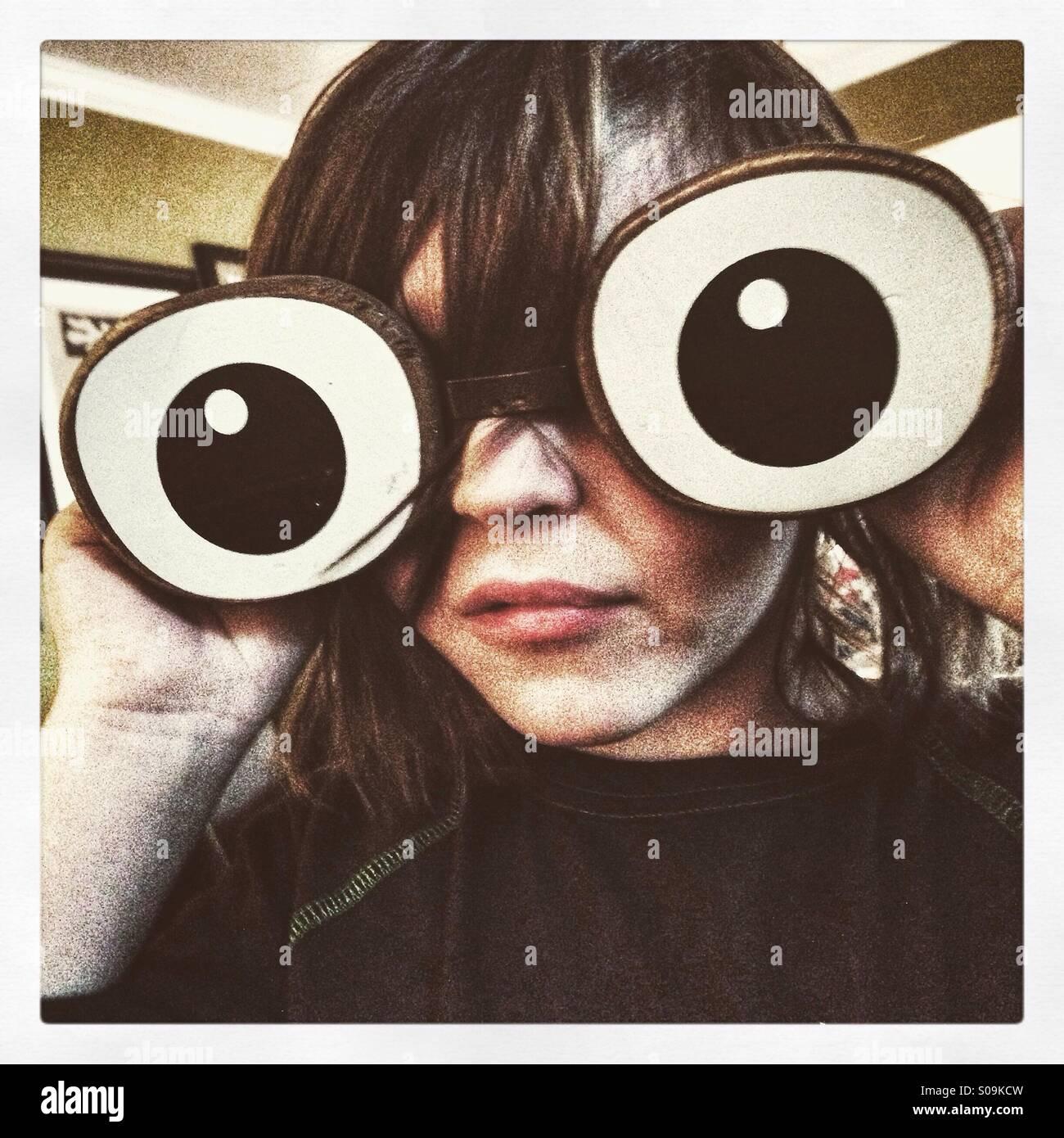 Garçon avec des yeux en bois géant Photo Stock
