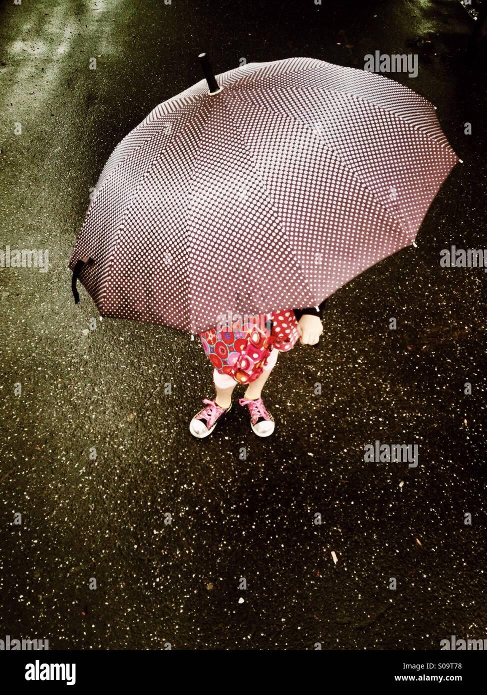 Petite fille sous un parapluie Photo Stock