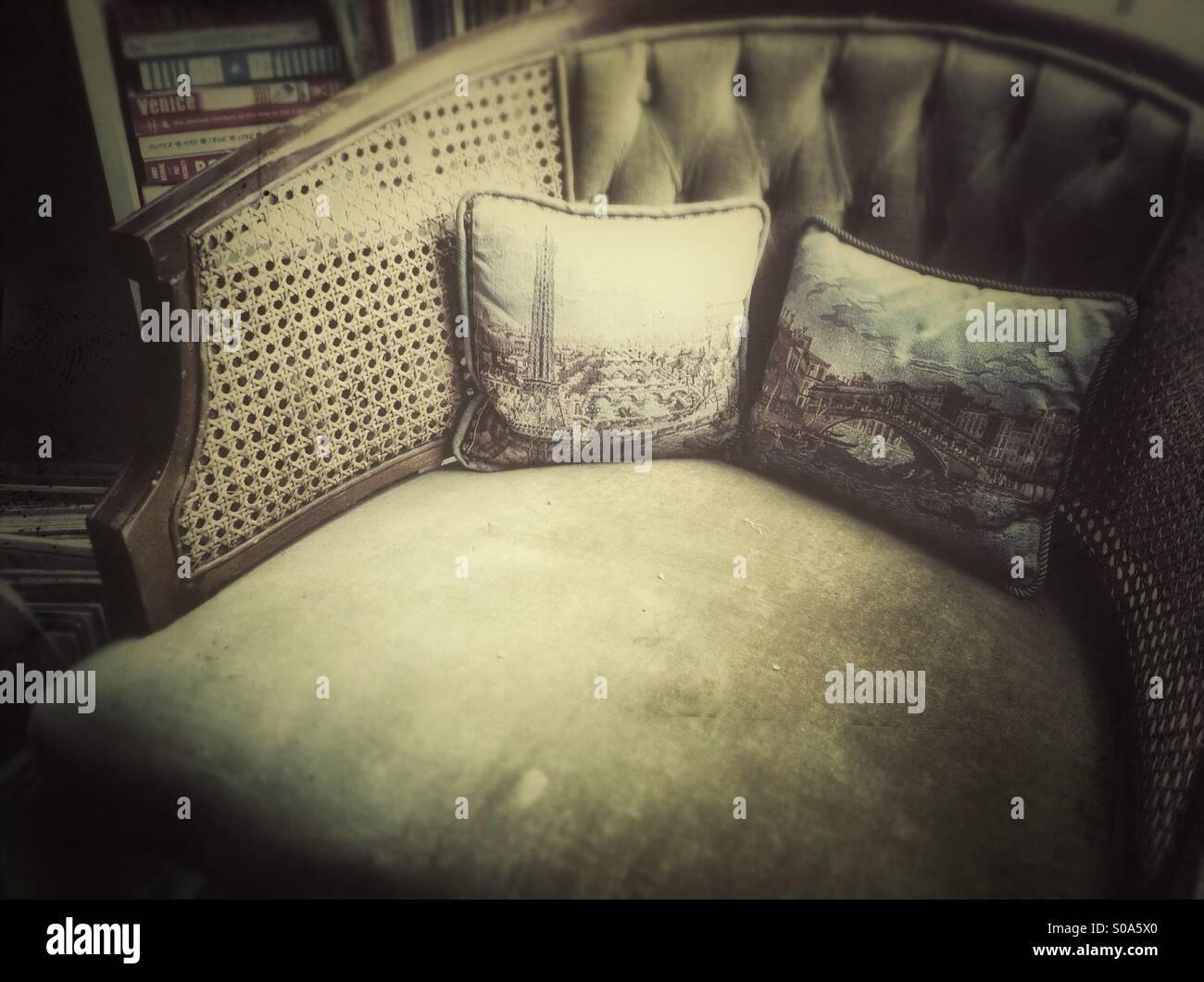 Vieux fauteuil avec deux oreillers Photo Stock