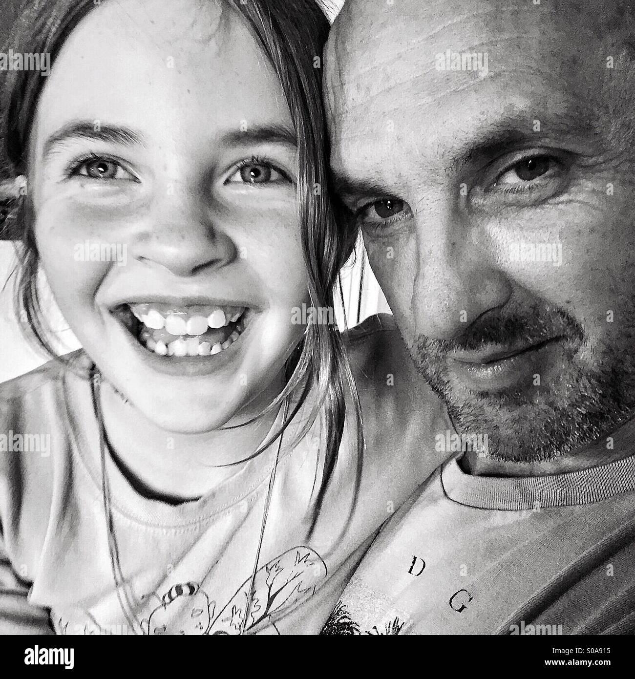 Fille avec son père - noir et blanc Photo Stock