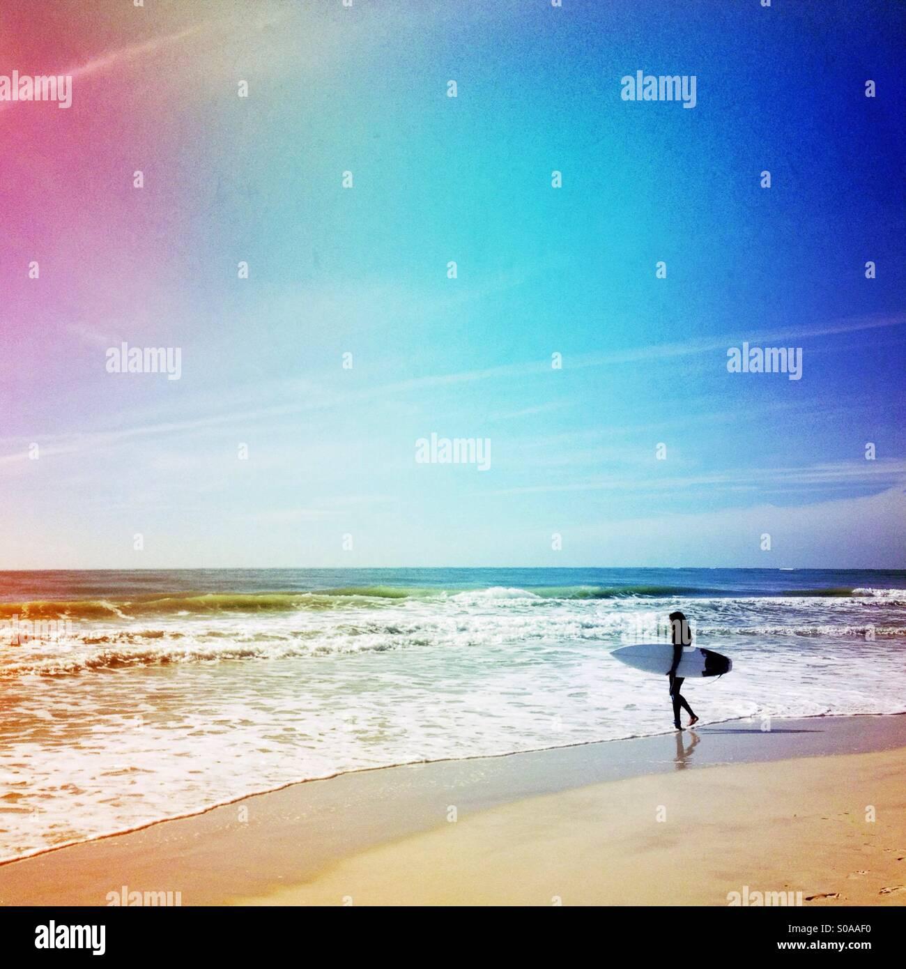 Va surfer dans l'océan pour surfer. Photo Stock