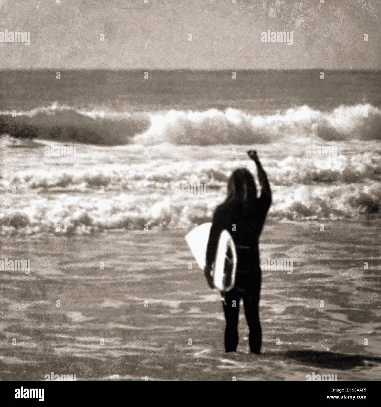 Surfeur excité en voyant les vagues. Photo Stock