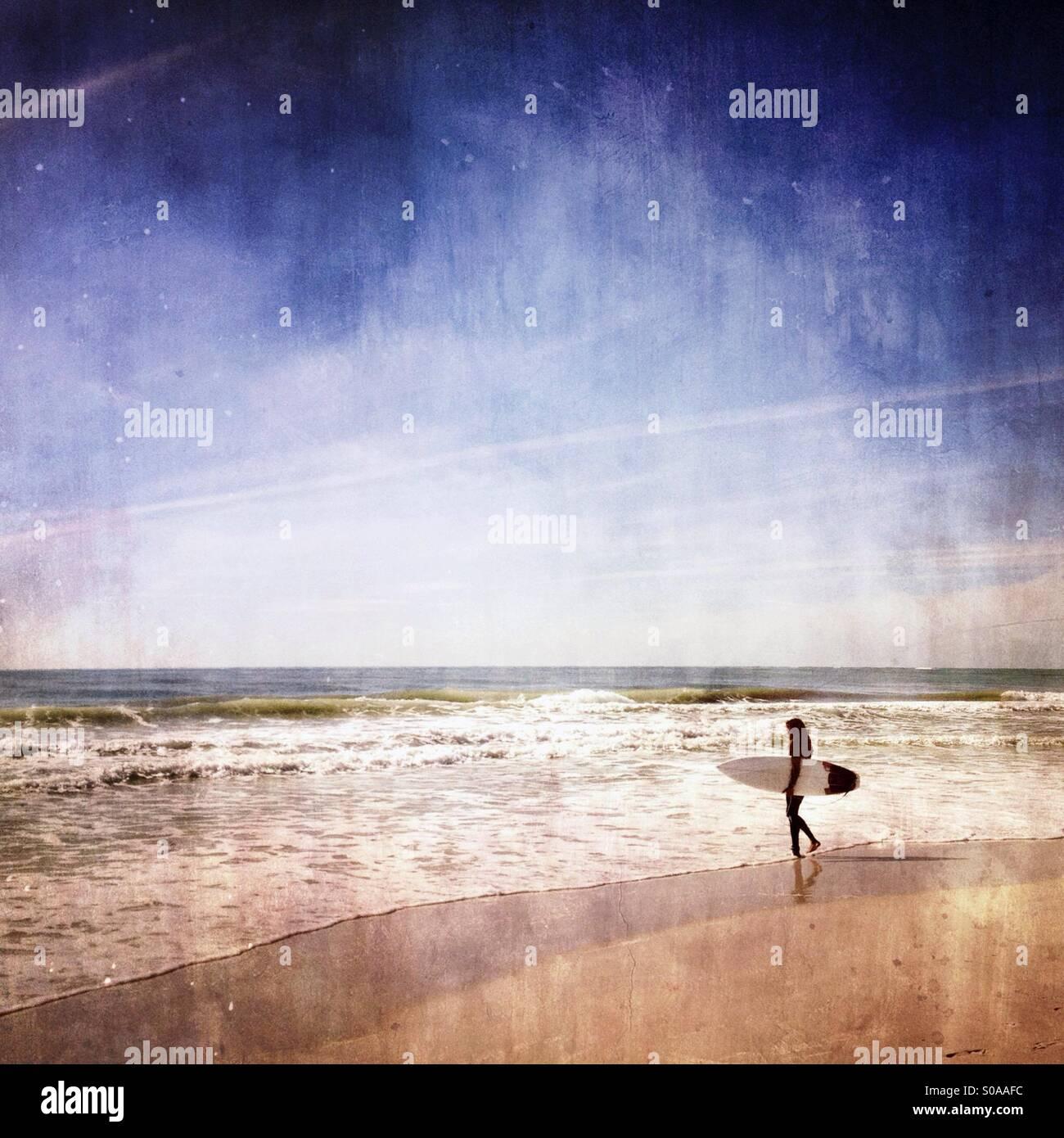 Surfer dirigé dans l'océan pour surfer. Photo Stock