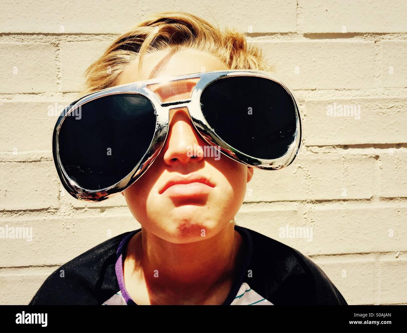 Boy with attitude lors d'une journée ensoleillée Photo Stock