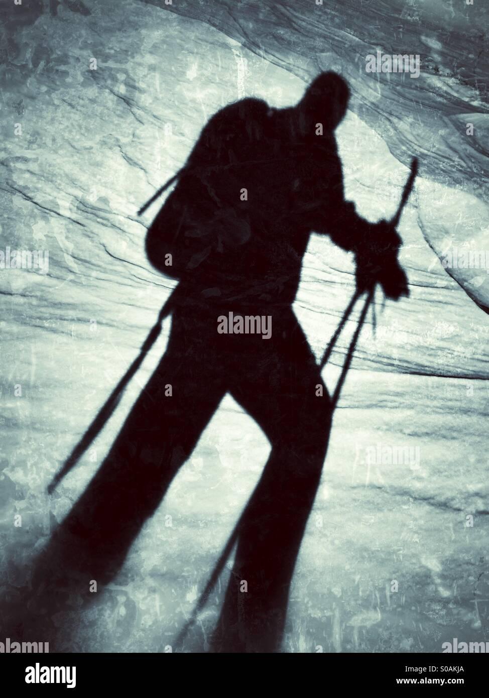 Ombre d'un hiver du ski dans la neige. Banque D'Images