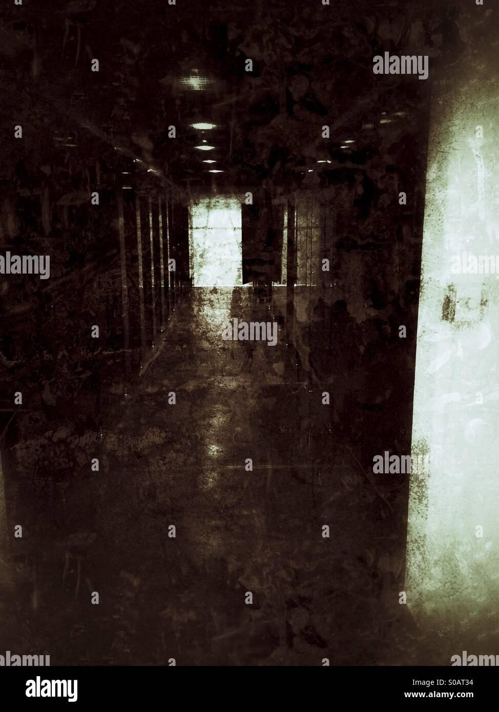 Dans un couloir sombre inconnu Photo Stock