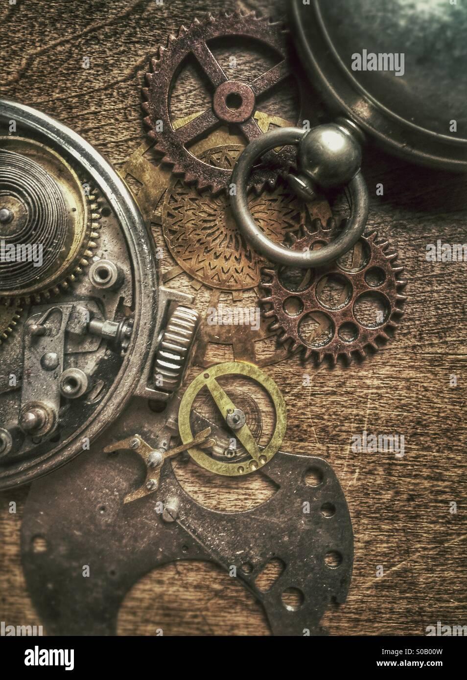 Montres de poche anciennes et des pièces. Photo Stock